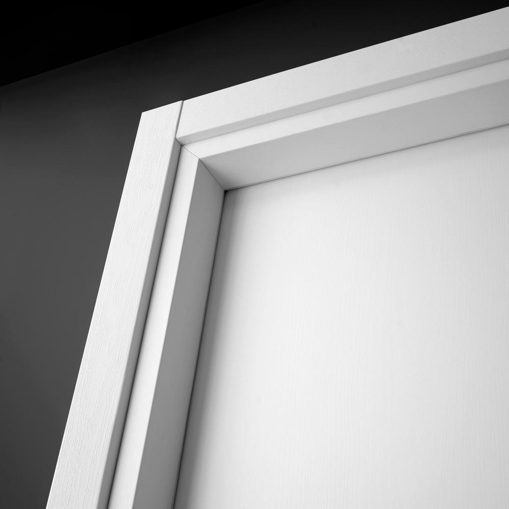 Porta moderna a battente feel dettaglio coprifili bianco