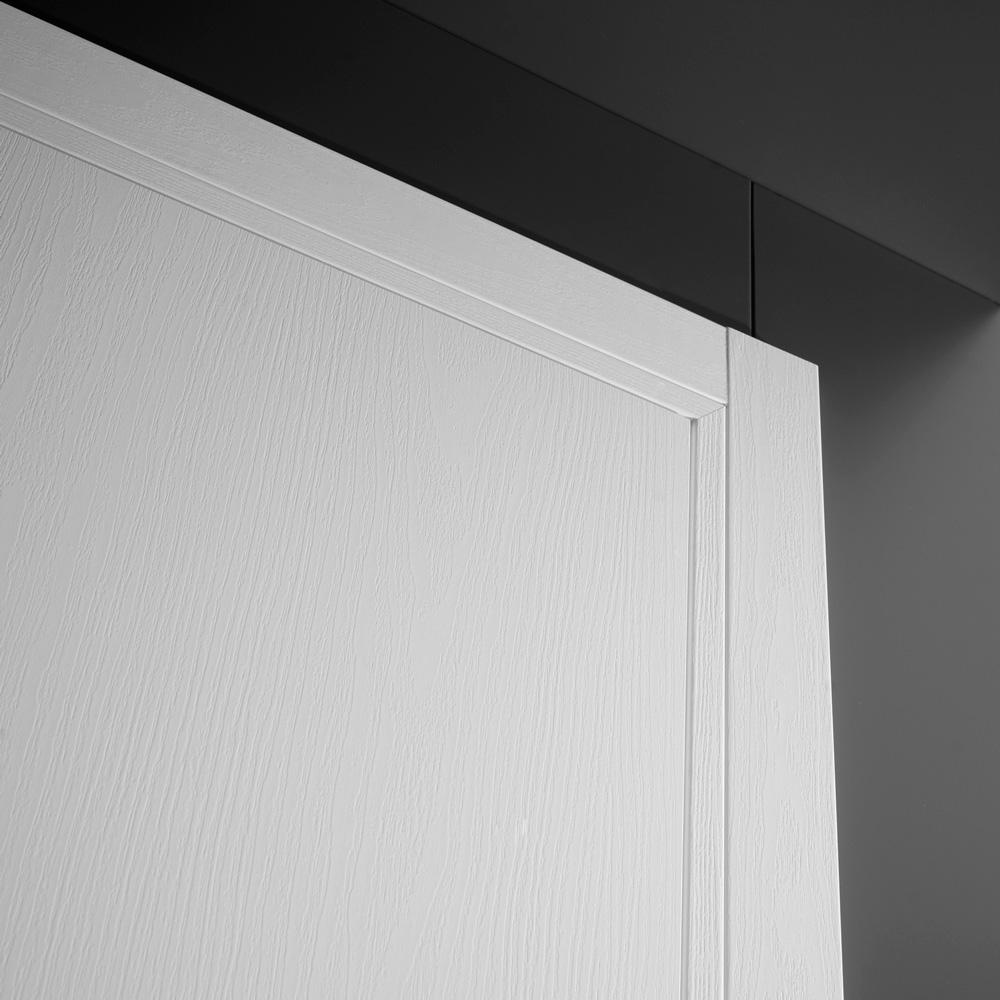 Porta moderna a battente con coprifili effetto legno
