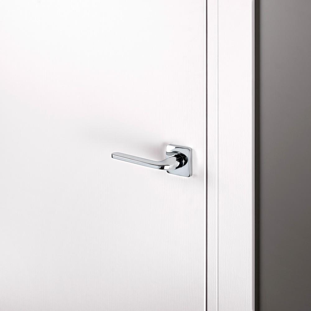 Porta moderna a battente laccata bianca con serratura